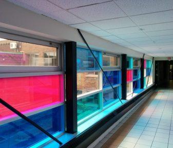 Film décoratif de couleur en milieu scolaire