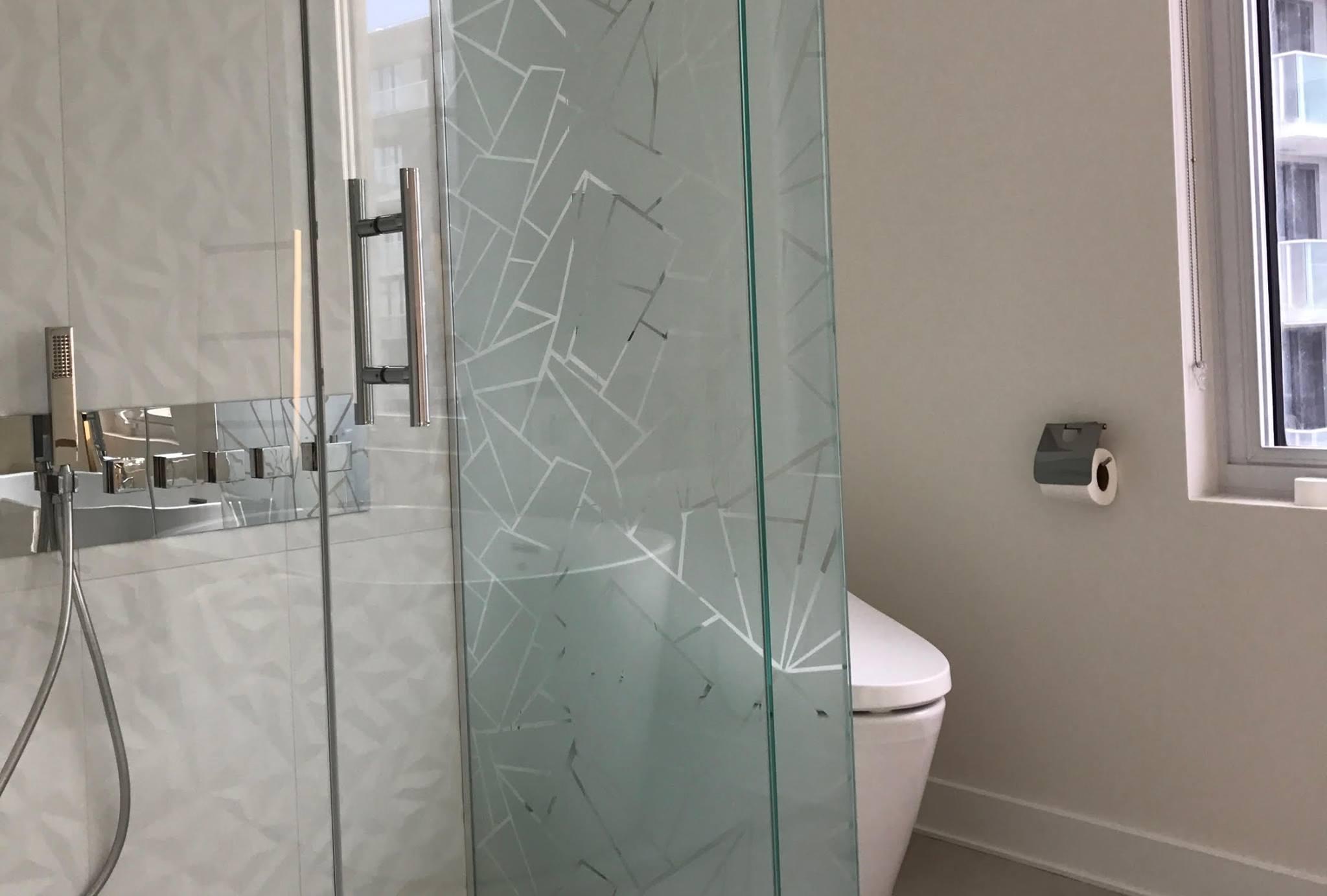 Baies vitrées avec motif pour salle de bain
